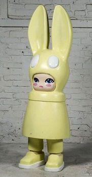 En vente lundi 21 mars 2016 par Tessier & Sarrou à Paris : Hiroyuki MATSUURA (né en 1964) Windy Bunny, 2007 Signature sérigraphiée et copyright au dos. Sculpture en polyester moulé de couleur jaune paille. D'une édition à 8 exemplaires dans 8 couleurs différentes. H. 150 cm. Est. 10 000 - 12 000 euros.
