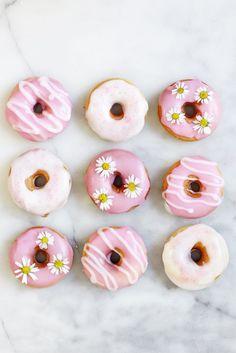 Leckeres Donut Rezept: Pinke DIY Donuts backen und mit kandierten Blumen verzieren