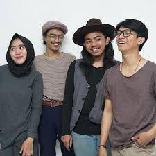 Music in Asia Jakarta: Amigdala: banda de gêneros folclóricos de Bandung, Jakarta Folklore, Sash