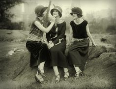 """Who are flappers? Those scandalous rebel """"bright young things"""" had their own ideas when it came to fashion, fun and flirting. History of the flapper girl. Belle Epoque, 1920s Fashion Women, Vintage Fashion, 1920s Inspired Fashion, 1920 Women, Victorian Fashion, Fashion Fashion, 1920s Outfits, Vintage Outfits"""