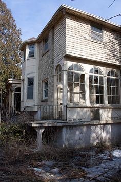abandoned but would be amazingly beautiful if restored Old Abandoned Buildings, Abandoned Property, Abandoned Mansions, Old Buildings, Abandoned Places, Beautiful Buildings, Beautiful Homes, Beautiful Places, Real Haunted Houses