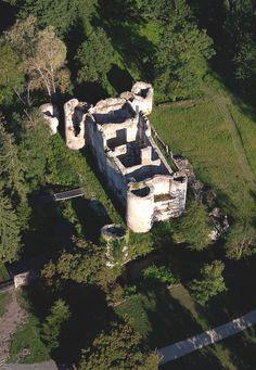 """Château de Mursay. - Dans l'acte du 5 juillet 1591, partage des biens entre Josias et Suzanne de Lezay, parmi l'énumération des biens des Lezay, Vivosne et de Vallée -son père, sa mère et ses aïeuls décédés-, qui reviennent à  Josias et à sa soeur (Suzanne de Lezay, femme d'Agrippa d'Aubigné depuis leur mariage en 1583) : """"Premièrement l'houstel noble du.lieu de Surymeau, avecques ses appartements d'aultres édifices, court, fuye, jardins, boys de haulte fustaye, garennes, chaussées, houches…"""