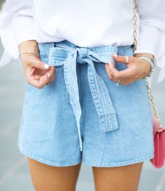 Schleifenshorts lieben wir! Und dann auch noch eine Jeans - ein Kleidungsstück für echte It-Girls! Jeans Shorts mit Schleife / Denim Shorts with Ribbon / Denim Look / Denim Summer / Jeans im Sommer / Mode Frauen Sommer / Sommer Outfit Frauen / Summer Fashion Women | Stylefeed