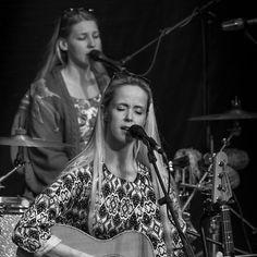 #latergram - Bilder von @helgistrombone & @tinadico s Auftritt auf @burgwilhelmstein im Juli dieses Jahres. Mehr Bilder im Blog Link in der Bio // Pix from Helgis & Tinas gig in Burg Wilhelmstein last July. Nore pix in my blog; link in bio. . . #burgwilhelmstein #würselen #singersongwriter #concert #musician #liveonstage #music #live #Bühne #Livemusik #Konzert #Konzertfotografie #singer #helgijonsson #band #tinadico #smalltownsnapshots #bw #igersbnw #blackandwhite #bnw #schwarzweiß…