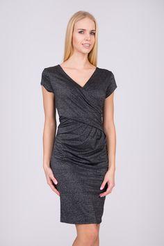 f54abbf1a7 Czarna kopertowa b yszcz ca sukienka QUIOSQUE - FS INSPIRE