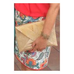 Outlook.com: Cartera de tela dorada y falda estampada