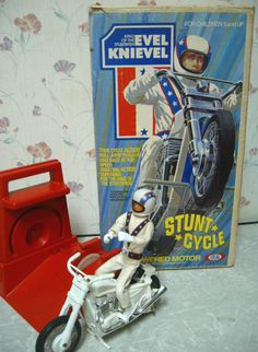 Evel Knievel Stunt Cycle - one of my all-time favorite toys. Much bigger than the later similar crank up motorcycle toys. Evel was like tall. 1970s Childhood, Childhood Toys, Childhood Memories, 1970s Toys, Retro Toys, Vintage Toys 1970s, Vintage Stuff, 1980s, Evel Knievel Toys