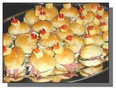 Suroviny dáme do pekárny (tekuté, tuhé) a zapneme program Těsto. Kdo pekárnu nemá, zadělá z trochy vody, cukru, mouky a všeho droždí (vše z... Appetizers For Party, Hot Dog Buns, Bagel, Hamburger, Sushi, Sandwiches, Bread, Ethnic Recipes, Food