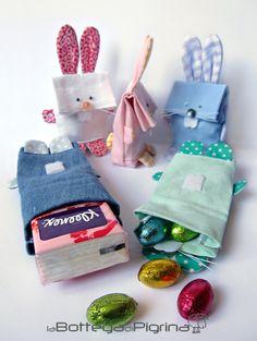 Sacchetto a forma di coniglietto realizzato a mano in stoffa (cotone). Questi sacchetti sono ideali per contenere gli ovetti di Pasqua, ma possono anche essere utilizzati ad esempio come profumato...