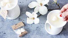 Sojowe woski zapachowe Potrzebujesz zorganizować romantyczny wieczór we dwoje albo marzysz o chwili relaksu i wytchnienia? Przygotowaliśmy specjalnie dla Ciebie kompleksowy zestaw, który pozwoli Ci się odprężyć, zatroszczy się o miękkość Twojej skóry oraz nada jej niezapomnianego zapachu. Wszystko w jednym? Niemożliwe? A jednak… Potrzebujesz jedynie kominka do aromaterapii i zestawu naszych sojowych wosków o...