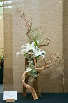 Ikebana with driftwood Ikebana Arrangements, Easter Flower Arrangements, Ikebana Flower Arrangement, Easter Flowers, Floral Arrangements, Spring Flowers, Arte Floral, Deco Floral, Floral Design