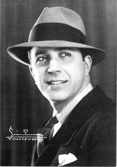 Carlos Gardel , Icono del tango, cantante, compositor y actor de cine. Nació el 11 de diciembre de 1890, Toulouse, Francia y falleció en un accidente el 24 de junio de 1935, Medellín, Colombia. Se hizo famoso en Argentina donde está enterrado su cuerpo en el cementerio de Chacarita.