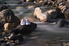 Le scarpe prodotte con le alghe: si chiamano Ultra III, calzature anfibie di Vivobarefoot realizzate con i materiali innovativi ed ecologici di Bloom Foam