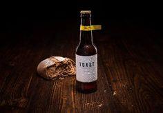 Já pensou se nós pudéssemos reduzir o desperdício de alimentos ao mesmo tempo em que brindamos por um mundo mais sustentável? Essa é a proposta da Toast Real Ale, uma cerveja produzida com pães que iriam para o lixo. A ideia surgiu no Reino Unido como uma iniciativa daHackney Brewery. A empresa recolhe os pães que não foram vendidos em padarias, mercados e restaurantes e os transforma em cerveja. Cada fatia de pão rende uma garrafa de 330 ml da bebida. Além do pão triturado, a receita da…