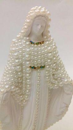 Imagem de nossa senhora em gesso decorada com pérolas e strass. Medida 30 cm
