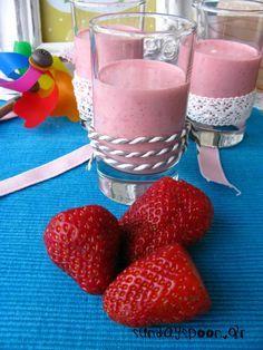 Smoothie με φράουλες και γιαούρτι. Πανεύκολο, γρήγορο, δροσιστικό. Με ελάχιστα υλικά και υπέροχο χρώμα. Για παιδιά και όχι μόνο.