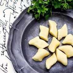 Gnocchi z sosem mięsno-pomidorowym | Bernika - mój kulinarny pamiętnik Gnocchi, Mozzarella, Cantaloupe, Spaghetti, Fruit, Food, Essen, Meals, Yemek