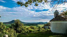 Körbetekintés a Csobáncról - fotó: Elisabeth Kuky Schmidt és Farkas Attila Schmidt, Hungary, Golf Courses, Mountains, Nature, Travel, Naturaleza, Viajes, Destinations
