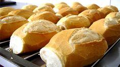 Quem resiste ao pãozinho francês quentinho acabado de fazer? Se és uma dessas pessoas, esta receita de pão caseiro é para ti! É fácil de fazer, e o resultado é delicioso!