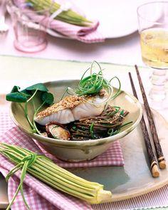 Rezept für Zanderfilets auf asiatischen Nudeln bei Essen und Trinken. Ein Rezept für 6 Personen. Und weitere Rezepte in den Kategorien Fisch, Gemüse, Getreide, Kräuter, Nudeln / Pasta, Pilze, Vorspeise, Hauptspeise, Braten, Kochen, Asiatisch, Kalorienarm / leicht.