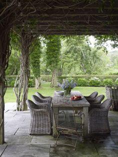 Terasse Couverte Avec Des Fauteuils En Rotin Et Une Table En Bois Grise  Ambiance Romantique