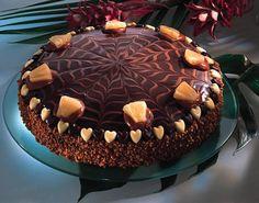 Süße Torte aus Biskuit mit einer cremigen Schokoladenfüllung und Nougat