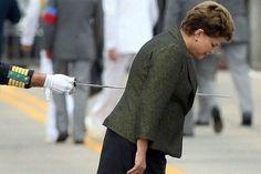 Ilusión óptica: la presidenta brasileña Dilma Roussef parece atravesada por una espada