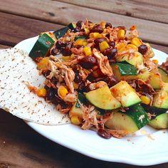 MEXICAN FOOD SIN GLUTEN 1/2 lata frijoles negros o alubias pintas 1 tortilla de maiz 1 cda maiz sin azucares añadidos 1 calabacinn troceado 150g pechuga de pollo 1cda salsa Sriracha (chili) (carrefour) 6-8 gotas tabasco verde