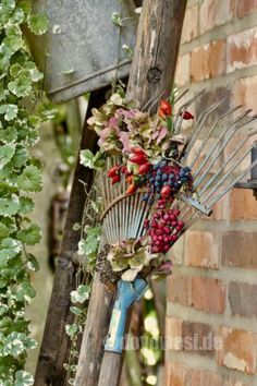 Rusty rake becomes autumn decoration - Karin Urban - NaturalSTyle - A rusty retired rake in a flowery autumn berry dress. In the old fan broom (bulky waste find) I cla - Hydrangea Flower, Flowers, Benefits Of Gardening, Old Fan, Autumn Garden, Green Plants, Garden Pots, Flower Art, Flower Ideas