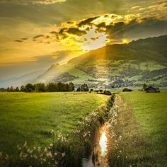 Tolle Sonnenuntergangsstimmung über dem Salzachtal mit Blick auf das Naglköpfl in Walchen. #bergevollerschätze #mountainsfulloftreasures #piesendorfniedernsill Zell Am See, Country Roads, Mountains, Nature, Travel, Best Ski Resorts, Salzburg Austria, Kaprun, Hiking Trails