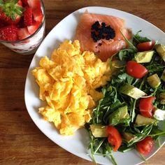 Power-Breakfast  #healthyfood #lowcarb #breakfast #weekend #lachs #kaviar #rucola #avocado #tomate #erdbeeren #hüttenkäse by eat_travel_and_have_fun