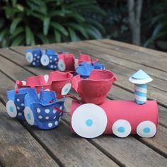 Make and easy egg carton train using egg cartons and a toilet roll.