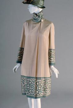 Coat 1926 Kent State University This coat reflects the styles in fashion this decade, short hemmed, straight, and highlighting the hips. 1920 Style, Style Année 20, Flapper Style, Vintage Style, 20s Fashion, Art Deco Fashion, Fashion History, Vintage Fashion, Womens Fashion