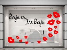 Vitrine bombástica com muito amor! #vitrine #adesivosartesanais #loja #namorado #namorada #adesivo #mebeija #beijaeu #amor #namorada #venda