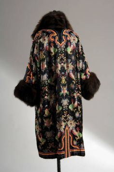 (rear view) Coat of black satin embroidered with multicolored chinoiserie pattern and ribbons. Fingertip-length sleeves with sable trim. Black and blue velvet lining. 20s Fashion, French Fashion, Fashion History, Art Deco Fashion, Vintage Fashion, Fashion Design, Retro Mode, Mode Vintage, Antique Clothing