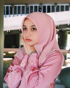 Pin Image by Sejuta Hijaber Beautiful Hijab Girl, Beautiful Muslim Women, Modern Hijab Fashion, Women's Fashion, Muslim Beauty, Islamic Girl, Muslim Hijab, Girl Hijab, Korean Actresses