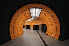 El fotógrafo Nick Frank nos lleva a diferentes rincones del mundo por medio de sus fotografías de estaciones de metro subterráneas. Cada una de ella es diferente y van desde lo minimalista, a lo futurista, de lo monocromático a un festín de colores.
