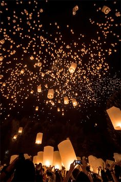 Yi Peng: The festival of lights in Chiang Mai - Thailand travel tips! thailand travel tips traveling to thailand Floating Lanterns, Sky Lanterns, Paper Lanterns, Wedding Lanterns, Wallpapers Ipad, Animation Soiree, Thailand Travel Tips, Visit Thailand, Croatia Travel