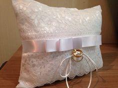 Almofada para Dama, porta aliança, branca com renda  Laço Channel branco em cetim R$ 54,90