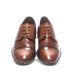 Fantástico zapato T2IN tipo blucher en piel color cuero y con punta destacada.