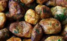 This is how to make the most crispy potatoes. Mmm, we love baked potatoes! Add some salt, pepper and a bit of rosemary, and it's a true party on our plate. Crispy Potatoes, Twice Baked Potatoes, Roasted Potatoes, Rosemary Red Potatoes, Skillet Potatoes, Baby Potatoes, Cheesy Potatoes, Healthy Soup Recipes, Healthy Snacks