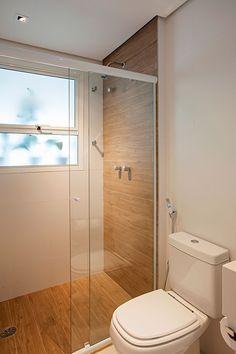 Decoração de apartamento com cores praianas a decoração do banheiro, lavabo, em tons neutros, madeira e branco.