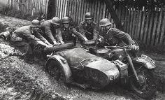После дождя жирный украинский чернозём превращался в жирную непролазную грязь. Для того чтобы вытащить этот мотоцикл BMW R75, потребовались усилия пяти человек.
