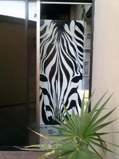 Zebra en Puerta de madera