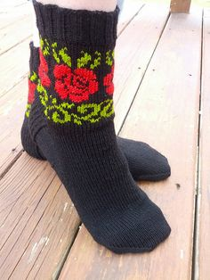 Ravelry: Rose Vines Socks pattern by KnittyMelissa