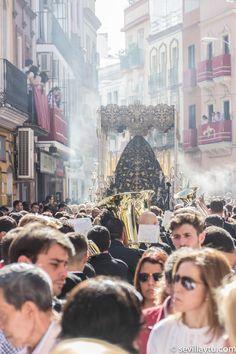 Martes Santo. Sevilla en la calle. Detalle Paso de María Santísima de Gracia y Amparo, Hermandad de Los Javieres.