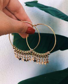 Brinco dourado de argola com vários pingentes de estrela. #MustHave total! | Compre online www.kopiei.com.br
