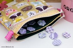 Farbenmix Adventskalender Tasche 2015 - Mit Katzen, in Pastelltönen.  #farbenmixadventskalender2015 #fünffachtasche #lilleluett #katzen #katze #pink #englishpaperpiecing #hexagons #hexies #patchwork #farbenmix