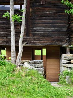 Nestled in the Sarreyer hillside, just beyond a charming village in the Swiss Alps, is a tiny cabin. Designed by Vevey-based firm, Rapin Saiz Architects, the. Old Cabins, Tiny Cabins, Tiny House Cabin, Cabin Design, Rustic Design, Bungalows, Swedish Sauna, Journal Du Design, Timber Panelling