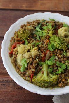 Um prato perfumado pelas especiarias e colorido pelos legumes. O curry de lentilhas, brócolis e couve-flor não demora quase nada para ser feito!